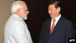 نارندرا مودی نخست وزیر هند (چپ)، در اجلاس سران بريکس در برزیل، و شی جين پينگ، رئيس جمهوری چين – ۲۳ تيرماه ۱۳۹۳