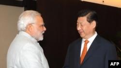 PM India Narendra Modi (kiri) dan Presiden China Xi Jinping bertemu di Fortaleza, Brazil hari Selasa (15/7).