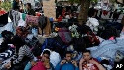 پناہ گزین یونان کے دارالحکومت ایتھنز میں وکٹوریہ چوک میں ایک درخت کے نیچے آرام کر رہے ہیں۔