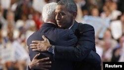 El presidente Barack Obama abraza a Bil Clinton después del discurso que éste pronunció en la Convención