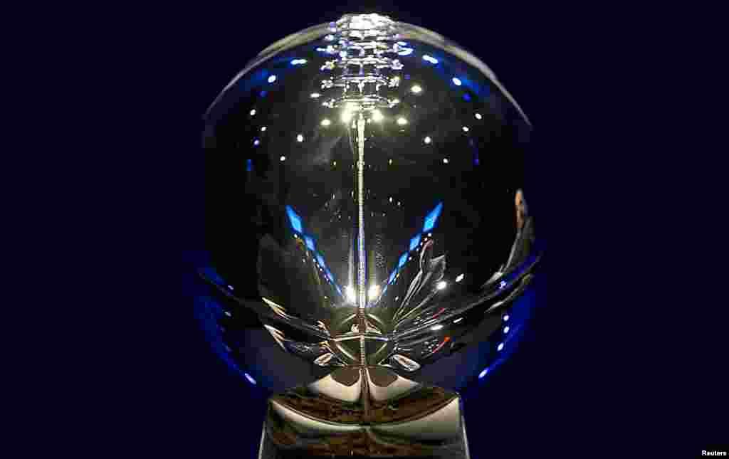 Piala Vince Lombardi berada di atas meja konferensi pers para pelatih menjelang kejuaraan Super Bowl, di New York.