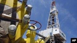 Torre de exploração de gás natural (foto de arquivo)