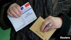 Đảng Xã hội của đương kim Tổng thống Hollande mất khoảng phân nửa số ghế ở các hội đồng vào tay đảng bảo thủ UMP do cựu Tổng thống Sarkozy dẫn đầu.