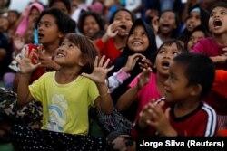 Anak-anak berkumpul menerima terapi okupasi di pengungsian korban gempa dan tsunami di Palu, Sulawesi Tengah, 14 Oktober 2018. (Foto: REUTERS/Jorge Silva)