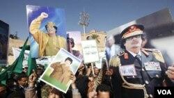 Para demonstran pro pemimpin Libya Moammar Gadhafi melakukan unjuk rasa tandingan di ibukota Tripoli (17/2).