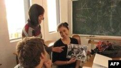 Cô giáo Nguyễn Hoàng Lan dạy môn tiếng Việt và em Sonya Schoenberger (phải)