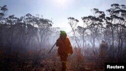 Petugas pemadam kebakaran melewati kawasan Blue Mountains yang dilanda kebakaran hebat (foto: dok).