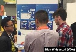 Irzan Raditya, CEO Kata.ai menjelaskan chatbot ciptaan mereka kepada pengunjung SXSW.