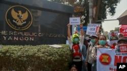 Para pengunjuk rasa saat menggelar aksi protes di depan KBRI di Yangon, Myanmar, 24 Februari 2021. (Foto: dok).
