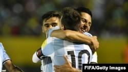 Lionel Messi dans les bras d'un de ses coéquipiers après la victoire 3-1 contre l'Equateur, Quito, le 10 octobre 2017 (FIFA)