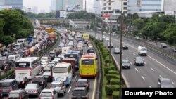 Lalu lintas di Jakarta pada jam-jam sibuk (foto: dok). Pertumbuhan ekonomi negara-negara berkembang di Asia dalam dua tahun ke depan stabil, dengan pertumbuhan ekonomi Indonesia dan India akan membaik dari tahun ini mengimbangi ekonomi China yang melambat.