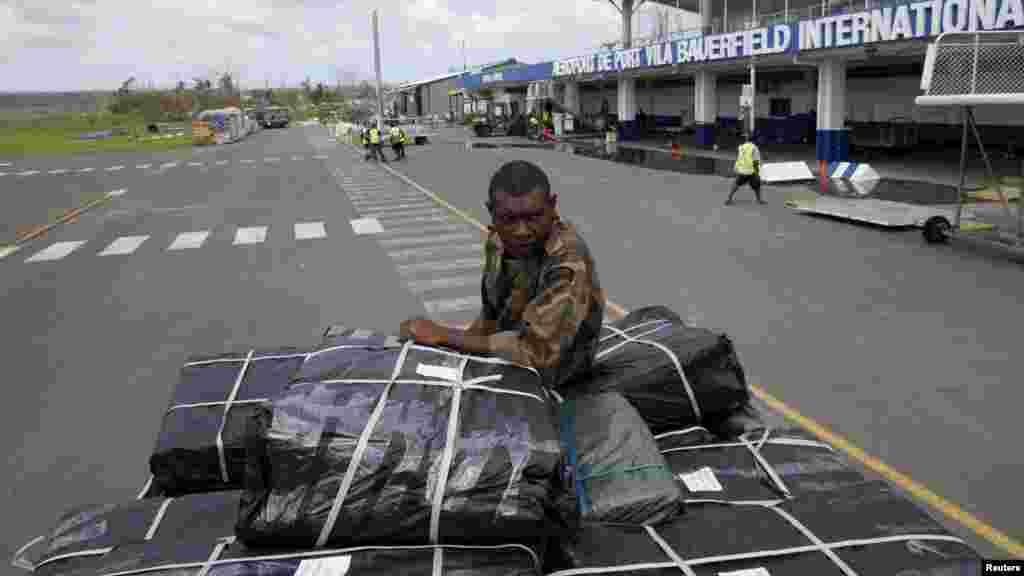 Un member du personnel de la Force mobile de Vanuatu perché sur un camion transportant une assistance de l'armée de l'air de Australie destinées à être distribuées, quelques jours après le cyclone Pam à Port Vila, la capitale de la nation insulaire du Pacifique de Vanuatu 19 mars 2015.