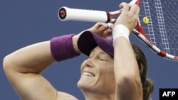 Samantha Stosur setelah mengalahkan petenis Serena Williams tahun lalu (foto: dok).