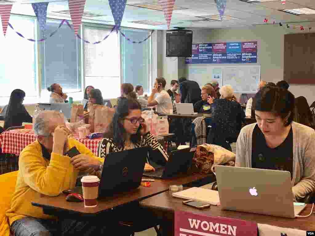 希拉里克林顿志愿工作者在投票日前一天在纽约布鲁克林竞选分部打电话给战场州选民,敦促他们星期二前往投票站投票 张佩芝摄