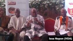 Le délégué général du FESPACO, Ardiouma Soma, et ses collaborateurs lors d'une conférence de presse à Ouagadougou le 16 janvier 2017.