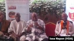 Le délégué général du FESPACO, Ardiouma Soma, entouré de ses collaborateurs lors d'une conférence de presse à Ouagadougou, Burkina, 16 janvier 2017. (VOA/Issa Napon)