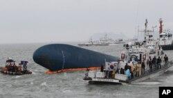 17일 한국 진도 해상에서 침몰 여객선 '세월호' 수색 작업이 계속됐지만, 악천후로 어려움을 겪고있다.