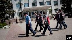 Cảnh sát Ukraina cùng công nhân của công ty Metinvest tuần tra trên đường phố ở thành phố Mariupol.