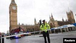 Polisi mengamankan kawasan gedung Parlemen setelah ada laporan penembakan di London, Inggris, 22 Maret 2017.