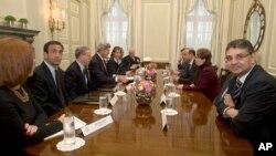 22일 영국 런던에서 '시리아의 친구들' 회의가 열리는 가운데, 존 케리 미 국무장관(왼쪽 네번째)이 반군 대표들과 만났다.