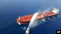 一艘伊朗海軍用船隻向一艘油輪噴水滅火。 (2019年6月13日)