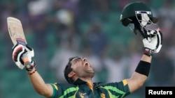 پاکستان کے وکٹ کیپر عمر اکمل 102 رنز کے ساتھ ناٹ آؤٹ رہے۔