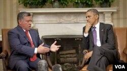 ກະສັດ Abdullah ແຫ່ງຈໍແດນ (ຊ້າຍ) ແລະປະທານາທິບໍດີ Barack Obama ກໍາລັງສົນທະນາກັນ ທີ່ທໍານຽງຂາວ