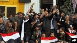 Dan gwagwarmayar tabbatar da dimokaradiyya Wael Ghonim kenan a tsakiyar masu zanga-zanga a Dandalin Tahrir.