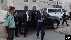 Menlu AS John Kerry terlihat usai pertemuannya dengan Presiden Palestina Mahmoud Abbas, di Ramallah (19/7)