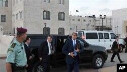 美国国务卿克里在拉马拉会晤了巴勒斯坦权力机构主席阿巴斯之后准备离开。(2013年7月19日)