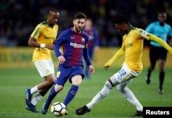 កីឡាករ Lionel Messi (កណ្តាល) លេងបាល់ទាត់ក្នុងការប្រកួតមិត្តភាពមួយជាមួយក្រុម Mamelodi Sundowns កាលពីថ្ងៃពុធ ទី១៦ ខែឧសភា ឆ្នាំ២០១៨។