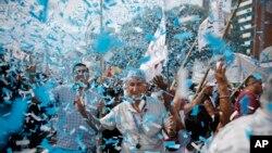 Hujan konfeti berwarna sama dengan bendera Argentina dalam demonstrasi buruh di Buenos Aires, Argentina (7/3). (AP/Victor R. Caivano)