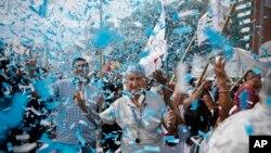 7일 아르헨티나 부에노스아이레스에서 정부의 경제정책에 반대하는 대규모 시위가 벌어진 가운데, 아르헨티나 국기를 상징하는 하늘색 꽃종이가 날리고 있다.