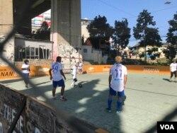 Tim HWC Indonesia berlatih di Lapangan Futsal Bawet, Bandung, Selasa (23/7/2019). Manajer tim mengatakan tim sudah berlatih 40 hari lebih dan sudah siap berlaga. (Foto: Rio Tuasikal/VOA)