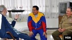 Foto achiv Prezidan Chavez nan Kuba ak ansyen Prezidan Fidel Castro ak Prezidan Raul Castro