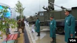 2015年莫斯科武器展览上的非洲国家军官。 (美国之音白桦拍摄)