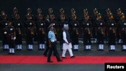ທ່ານ Manmohan Singh (ກາງ) ກວດເຫລົ່າທະຫານກຽດຕິຍົດ ເມື່ອທ່ານໄປເຖິງອະນຸສາວະລີ Red Fort ໃນວັນພະຫັດມື້ນີ້ ໃນຂະນະທີ່ສະເຫລີມສະຫລອງ ວັນເອກະລາດ ອິນເດຍ ໃນນະຄອນ Delhi ໃນວັນທີ 15 ສິງຫາ 2013