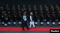 Perdana Menteri India Manmohan Singh (mengenakan turban) tiba di benteng bersejarah Red Fort untuk perayaan hari kemerdekaan India (15/8).