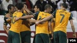 Para pemain Australia merayakan gol yang dicetak Mile Jedinak ke gawang Bahrain dalam pertandingan Grup C Piala Asia 2011 di Doha, Qatar, hari Selasa (18/1).