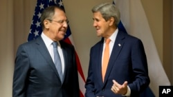 Menlu Rusia Sergei Lavrov (kiri) dalam pertemuan dengan Menlu AS John Kerry di Zurich, Swiss Rabu (20/1).