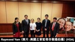 美国国会及行政当局中国委员会主席鲁比奥参议员在记者会后与中国维权人士家属合照(2017年10月5日,美国之音记者任敬扬拍摄)