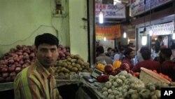 អ្នកលក់ដូរបន្លែ លោក Vijay Kumar រង់ចាំអ្នកទិញ នៅក្នុងហាងរបស់លោកនៅផ្សារ INA នៅទីក្រុង New Delhi ប្រទេសឥណ្ឌា។