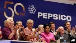 La PDG et présidente de PepsiCo Indra K. Nooyi, center, applaudit pour le 50e anniversaire de la fusion Frito-Lay and Pepsi-Cola, le 8 juin 2015.