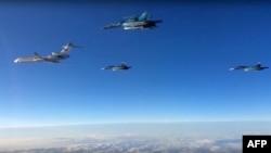 지난 3월 러시아 국방부가 웹사이트에 공개한 동영상에서 Tu-154 정찰기(왼쪽)가 Su-34 폭격기와 함께 비행하고 있다. (자료사진)