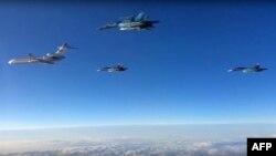 Ảnh chụp từ video trên trang web của Bộ Quốc phòng Nga ngày 15/3/2016 cho thấy các chiến đấu cơ của Nga đang bay trở về nước.