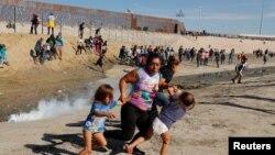 نیروهای آمریکایی در مقابل حمله مهاجران غیرقانونی از گاز اشک آور استفاده کردند.
