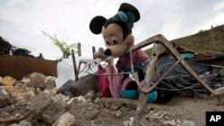 Une poupée Minnie Mouse abandonné dans un lit métallique déformé au milieu des débris d'une maison détruite par l'ouragan Matthew, à Port-a-Piment, un quartier des Cayes en Haïti, 19 octobre 2016.