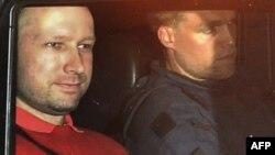 Bị can Anders Behring Breivik (trái) thú nhận đã giết người hàng loạt tại Na Uy