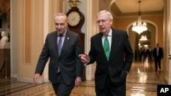 参议院共和党多数党领袖麦康奈尔(右)和参议院民主党少数党领袖舒默