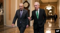 7일 미 연방 상원이 예산 상한 증액을 골자로 하는 2년짜리 예산안에 합의했다. 미치 맥코넬 상원 공화당 대표(오른쪽)와 척 슈머 상원 민주당 대표가 예산안 합의 후 회의장을 빠져나오고 있다.